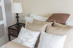 σύνολο καφετιών μαξιλαριών στο κρεβάτι στην κλασική κρεβατοκάμαρα Στοκ εικόνες με δικαίωμα ελεύθερης χρήσης