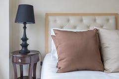 σύνολο καφετιών μαξιλαριών στο κρεβάτι στην κλασική κρεβατοκάμαρα Στοκ Εικόνες
