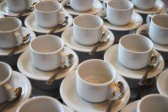 Σύνολο κενού άσπρου κεραμικού τσαγιού ή φλυτζανιού και πιατακιών καφέ Στοκ Φωτογραφίες