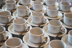 Σύνολο κενού άσπρου κεραμικού τσαγιού ή φλυτζανιού και πιατακιών καφέ Στοκ εικόνα με δικαίωμα ελεύθερης χρήσης