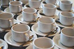 Σύνολο κενού άσπρου κεραμικού τσαγιού ή φλυτζανιού και πιατακιών καφέ Στοκ φωτογραφία με δικαίωμα ελεύθερης χρήσης
