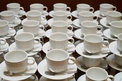 Σύνολο κενού άσπρου κεραμικού τσαγιού ή φλυτζανιού και πιατακιών καφέ Στοκ Εικόνες