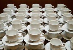 Σύνολο κενού άσπρου κεραμικού τσαγιού ή φλυτζανιού και πιατακιών καφέ Στοκ εικόνες με δικαίωμα ελεύθερης χρήσης