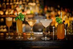 Σύνολο κλασικών κοκτέιλ: Βρώμικος Martini, υποδηματοποιών της Sherry, κονιάκ Crusta, της Μαργαρίτα και Cobras κυνόδοντας στοκ εικόνα
