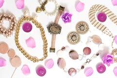 Σύνολο κοσμήματος γυναικών ` s στα εκλεκτής ποιότητας σκουλαρίκια αλυσίδων βραχιολιών μαργαριταριών καμεών περιδεραίων ύφους στο  Στοκ Εικόνα