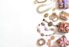 Σύνολο κοσμήματος γυναικών ` s στα εκλεκτής ποιότητας σκουλαρίκια αλυσίδων βραχιολιών μαργαριταριών καμεών περιδεραίων ύφους στο  Στοκ εικόνες με δικαίωμα ελεύθερης χρήσης