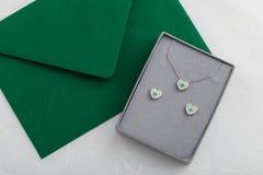 Σύνολο κοσμήματος σκουλαρικιών περιδεραίων και στηριγμάτων καρδιών με τα διαμάντια μέσα Στοκ Εικόνα