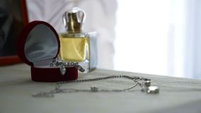 Σύνολο κοσμήματος χρυσού δαχτυλιδιού στο κιβώτιο δώρων, σκουλαρίκια, περιδέραιο με τα μαργαριτάρια και τα αρώματα εξαρτημάτων δια απόθεμα βίντεο