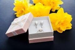 Σύνολο κοσμημάτων μαργαριταριών στο κιβώτιο δώρων με τα λουλούδια Ασημένια σκουλαρίκια και δαχτυλίδι με τα μαργαριτάρια ως παρόν  στοκ εικόνα