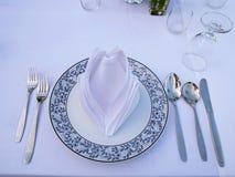 Σύνολο κουταλιών, knif, πιάτου, χλόης, πετσέτας και δικράνων στοκ φωτογραφία με δικαίωμα ελεύθερης χρήσης