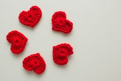 Σύνολο κόκκινων πλεκτών καρδιών Στοκ εικόνα με δικαίωμα ελεύθερης χρήσης