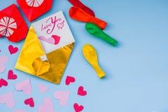 Σύνολο κόμματος ζωηρόχρωμων μπαλονιών, καρδιές εγγράφου origami, υπόβαθρο φακέλων onblue Σύνολο ημέρας βαλεντίνων Στοκ εικόνες με δικαίωμα ελεύθερης χρήσης
