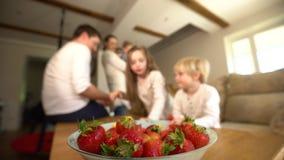 Σύνολο κύπελλων των κόκκινων ώριμων μούρων Η θολωμένη οικογένεια τρώει τη φράουλα ( απόθεμα βίντεο
