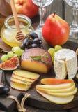 Σύνολο λεπτών τυριών με τα φρούτα και το μέλι Στοκ φωτογραφία με δικαίωμα ελεύθερης χρήσης