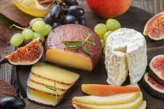 Σύνολο λεπτών τυριών με τα φρούτα και το μέλι Στοκ Εικόνες