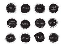 Σύνολο μαύρων στρογγυλών λεκέδων που απομονώνεται στο άσπρο υπόβαθρο Συρμένοι χέρι κύκλοι κακογραφίας διανυσματικός Ιστός λογότυπ στοκ εικόνες