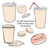Σύνολο με τα μίας χρήσης φλυτζάνια εγγράφου με τον καφέ και το τσάι για να πάρει μαζί και τις ζύμες Doughnut, croissant, μπισκότα ελεύθερη απεικόνιση δικαιώματος