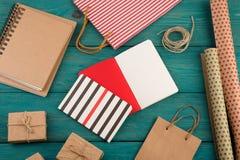 σύνολο με τη χειροποίητη ριγωτή τσάντα αγορών, τσάντες δώρων, έγγραφο συσκευασίας Στοκ Εικόνες