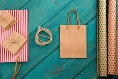 σύνολο με τη χειροποίητη ριγωτή τσάντα αγορών, τσάντες δώρων, έγγραφο συσκευασίας Στοκ φωτογραφίες με δικαίωμα ελεύθερης χρήσης