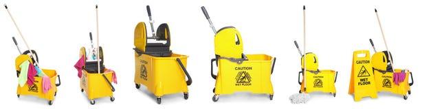 Σύνολο με το janitorial καροτσάκι και άλλες καθαρίζοντας προμήθειες στοκ εικόνα με δικαίωμα ελεύθερης χρήσης