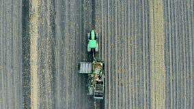 Σύνολο μηχανών των πατατών που οδηγούν σε έναν καλλιεργημένο τομέα, τοπ άποψη απόθεμα βίντεο