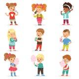 Σύνολο μικρών παιδιών και κοριτσιών που πίνουν τα κοκτέιλ και που τρώνε τα γλυκά διανυσματική απεικόνιση