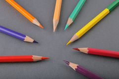 Σύνολο μολυβιών σε ένα γκρίζο υπόβαθρο στοκ φωτογραφία με δικαίωμα ελεύθερης χρήσης