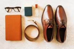 Σύνολο μοντέρνων εξαρτημάτων για το άτομο στο γκρίζο υπόβαθρο Επίπεδος βάλτε της κομψής ζώνης, γυαλιά, parfume, σημειωματάριο οδό Στοκ Εικόνα