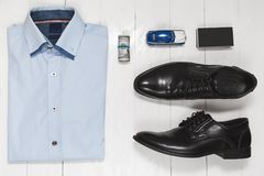 Σύνολο μόδας εξαρτημάτων επιχειρηματιών, τοπ άποψη στο άσπρο ξύλινο υπόβαθρο Στοκ φωτογραφία με δικαίωμα ελεύθερης χρήσης