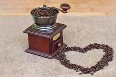 Σύνολο μύλων καφέ της ψημένης μορφής καρδιών φασολιών καφέ και φασολιών καφέ Στοκ φωτογραφίες με δικαίωμα ελεύθερης χρήσης