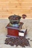 Σύνολο μύλων καφέ των ψημένων φασολιών καφέ - ξύλινο υπόβαθρο Στοκ Εικόνες
