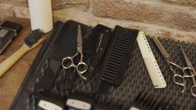 Σύνολο ξυρίσματος με τον εξοπλισμό, τα εργαλεία και τον αφρό, κατάστημα κουρέων, ψαλίδι, χτένα στο γραφείο φιλμ μικρού μήκους