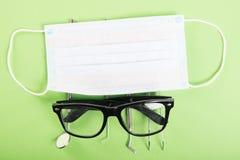 Σύνολο οδοντιατρικής εργαλείων με τα γυαλιά και τη μάσκα προσώπου Στοκ Φωτογραφία