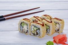 Σύνολο οκτώ ρόλων με το χέλι, το σουσάμι, το αβοκάντο και το τυρί της Φιλαδέλφειας, που διακοσμείται με το wasabi και την πιπερόρ Στοκ Εικόνες