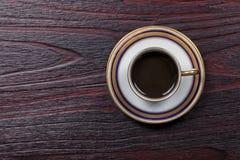 Σύνολο παλαιών φλυτζανιού και πιατακιού που διακοσμούνται και που γεμίζουν με τον καφέ στοκ φωτογραφίες με δικαίωμα ελεύθερης χρήσης