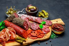 Σύνολο παραδοσιακού ιταλικού πρόχειρου φαγητού κρέατος Σαλάμι, prosciutto, ελιές, κάπαρες στοκ φωτογραφία