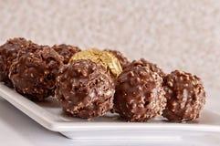 Σύνολο πιάτων της σοκολάτας φουντουκιών στοκ εικόνες