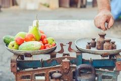 Σύνολο πιάτων των φρούτων και λαχανικών στις αναδρομικές κλίμακες στοκ εικόνες