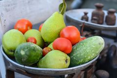 Σύνολο πιάτων των φρούτων και λαχανικών στις αναδρομικές κλίμακες στοκ φωτογραφία με δικαίωμα ελεύθερης χρήσης