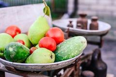 Σύνολο πιάτων των φρούτων και λαχανικών στις αναδρομικές κλίμακες στοκ εικόνα με δικαίωμα ελεύθερης χρήσης