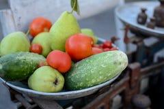 Σύνολο πιάτων των φρούτων και λαχανικών στις αναδρομικές κλίμακες στοκ φωτογραφία