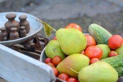 Σύνολο πιάτων των φρούτων και λαχανικών στις αναδρομικές κλίμακες στοκ φωτογραφίες