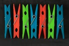 Σύνολο πλαστικού clothespins με τα διαφορετικά χρώματα στο σκοτάδι στοκ εικόνες