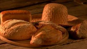 Σύνολο πρόσφατα ψημένου ψωμιού στο αγροτικό υπόβαθρο απόθεμα βίντεο