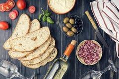 Σύνολο πρόχειρων φαγητών κρασιού Ιταλικά πρόχειρα φαγητά, ολόκληρο σαλάμι, ciabatta, Κρασί u Παραδοσιακός μεσογειακός πίνακας ξύλ στοκ φωτογραφία με δικαίωμα ελεύθερης χρήσης