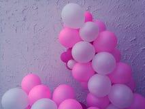 Σύνολο ροζ, άσπρο με το μπαλόνι ηλίου Μπαλόνια κόμματος για το γεγονός Στοκ φωτογραφία με δικαίωμα ελεύθερης χρήσης