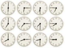 Σύνολο ρολογιών γραφείων που παρουσιάζουν διάφορο χρόνο που απομονώνεται στο άσπρο υπόβαθρο στοκ εικόνες