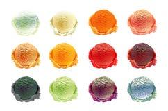 Σύνολο σεσουλών παγωτού διαφορετικών χρωμάτων και γεύσεων με τη διακόσμηση μούρων, καρυδιών και φρούτων που απομονώνεται στο άσπρ Στοκ φωτογραφίες με δικαίωμα ελεύθερης χρήσης