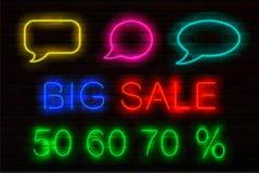 Σύνολο σημαδιών νέου με φωτεινό για τις πωλήσεις Η ομιλία βράζει, μεγάλα πώληση τίτλου και 50, 60, πώληση 70 τοις εκατό μακριά ελεύθερη απεικόνιση δικαιώματος