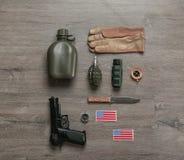 Σύνολο στρατιωτικού εξοπλισμού στο ξύλινο υπόβαθρο στοκ φωτογραφίες με δικαίωμα ελεύθερης χρήσης